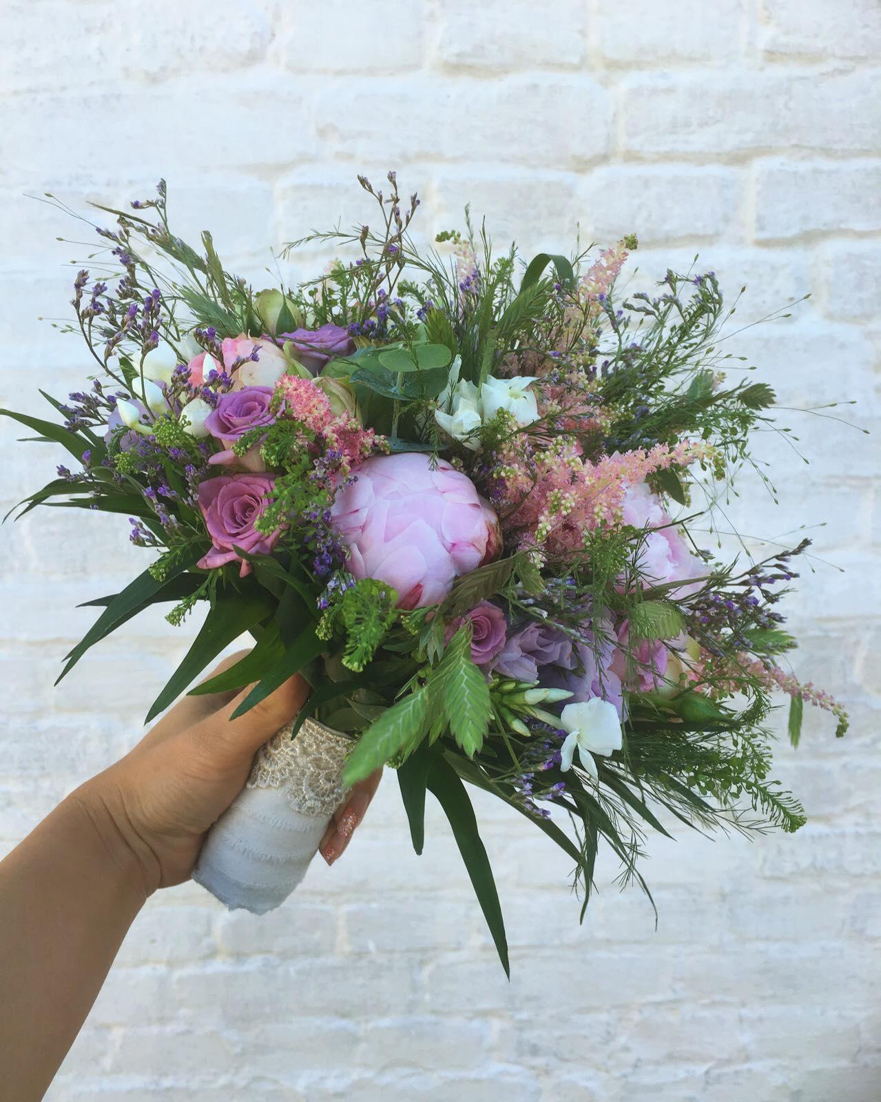 Hvilken type brudebuket passer bedst til årstiden og hvordan skal den se ud?